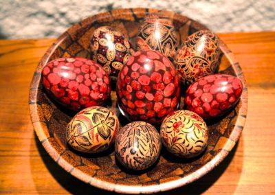 Mix Oeufs Déco, bois peint motif Batik, incrustation Corail, différentes tailles