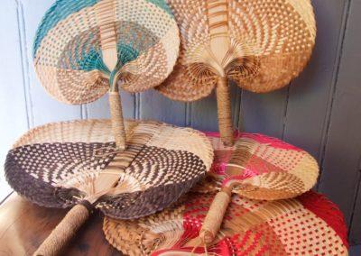 Eventail, Feuilles de palme tressées, existe en 2 tailles et 5 couleurs différentes